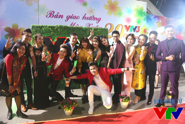 MC Minh Xù cùng các MC, BTV nổi tiếng của VTV3 lưu lại khoảnh khắc vui vẻ bên nhau (Ảnh: Nhân Ái)