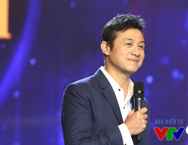 MC Anh Tuấn nổi bật với gương mặt điển trai và vẻ ngoài không tuổi.