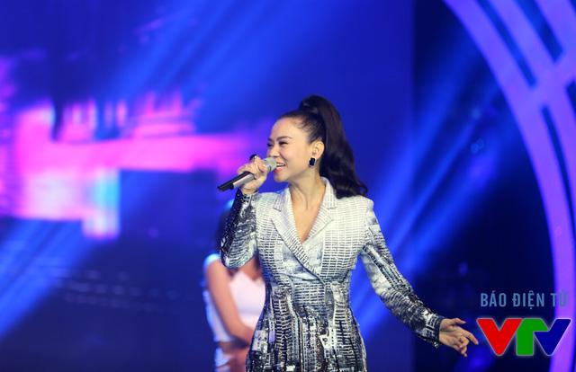 Ca sĩ Thu Minh góp phần làm nóng bữa tiệc sinh nhật đặc biệt với ca khúc Bay.