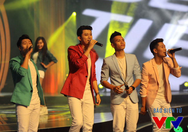 Bốn chàng trai của nhóm O Plus có tiết mục không kém phần ấn tượng với ca khúc Bật Tivi.
