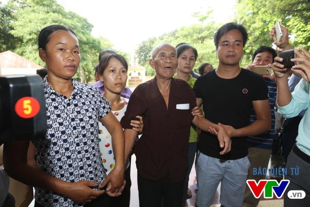 Ông Thêm nở nụ cười trên đường vào trụ sở UBND huyện Yên Phong