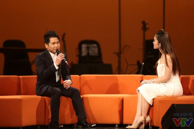 Ca sĩ Trọng Tấn chia sẻ với khán giả trong chương trình Nghệ sỹ tháng.