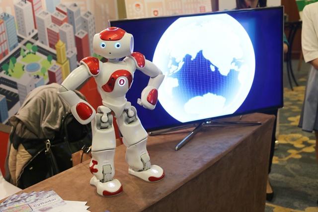 FPT mang tới Triển lãm Công nghệ bảo mật ý tưởng về thành phố thông minh với đại diện là một cô gái robot