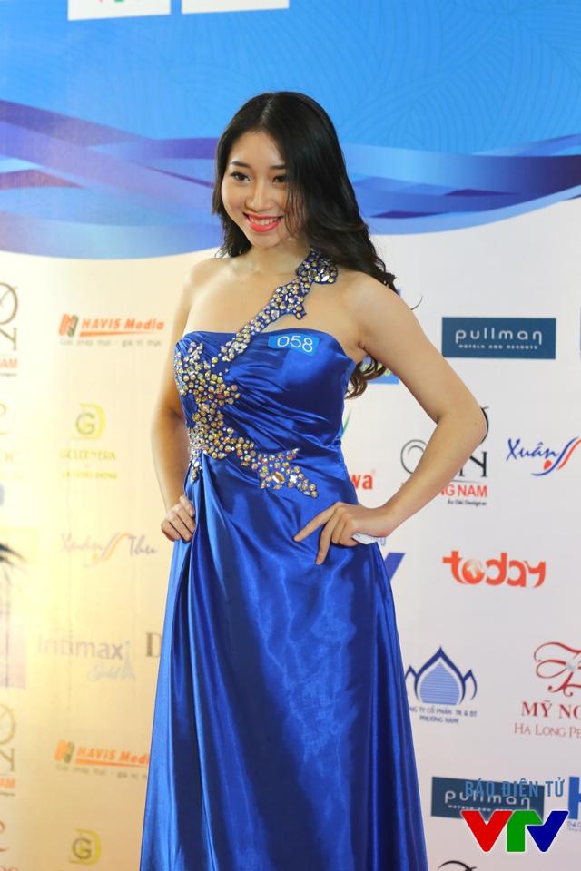 Một số thí sinh còn nổi bật với trang phục dạ hội.