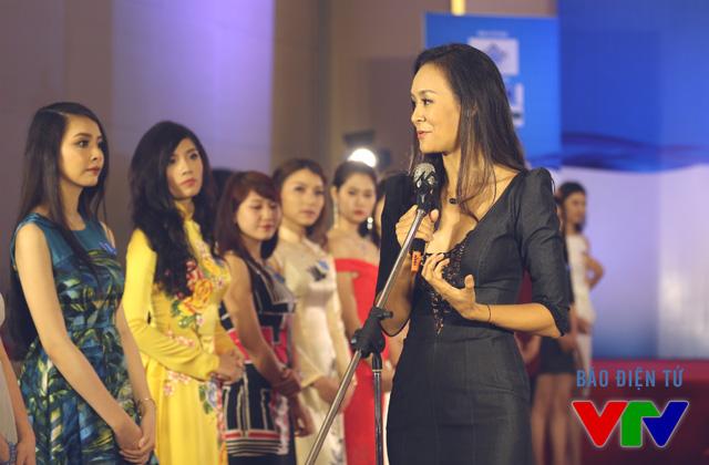 Hoa hậu Trần Bảo Ngọc chia sẻ kinh nghiệm và hướng dẫn các thí sinh về chuyên môn cũng như kỹ năng trình diễn.