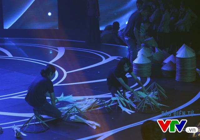 Trong chương trình Giai điệu tự hào, không chỉ có hình ảnh trên hệ thống đèn LED được sử dụng để minh họa cho các tiết mục mà còn có những đạo cụ được bài trí trên sân khấu, tạo nên bối cảnh đẹp và sống động.