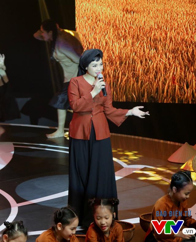 Liên khúc được thể hiện qua giọng ca ngọt ngào của ca sĩ Ngọc Khuê.