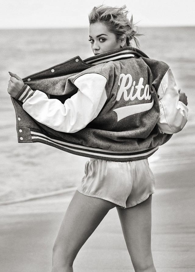Bên cạnh đó, Rita Ora vẫn bộc lộ nét cá tính đặc trưng qua những thiết kế trẻ tinh nghịch.