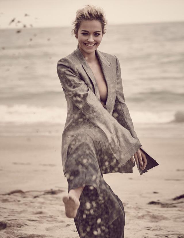 Cô gợi cảm với chiếc áo vest khoác hờ hững, đồng thời khoe vẻ đẹp rạng ngời cùng nụ cười tươi tắn.