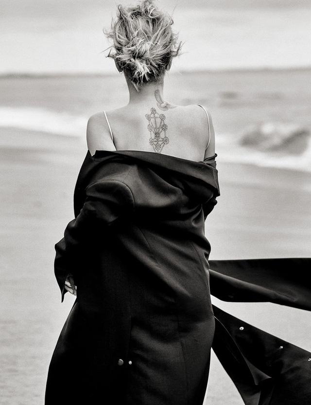 Đồng thời, cô còn diện áo khoác trễ nải để khoe hình xăm nổi bật và bờ vai trần gợi cảm.