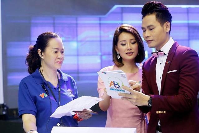 Nhà báo Trần Hà Trang - Trưởng phòng Công Nghệ, Ban Khoa Giáo, Đài THVN - Tổng đạo diễn chương trình Robocon 2016 và 2 MC Quỳnh Chi và Hồng Phúc.