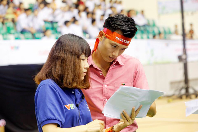 MC Mạnh Tùng (bên phải) đang trao đổi kịch bản chương trình.