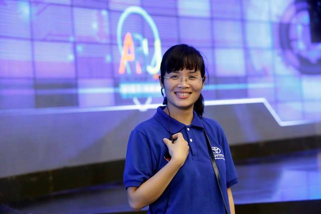 BTV Hồng Trang - người chuyên phụ trách và chuẩn bị lời dẫn cho MC trên sân khấu.