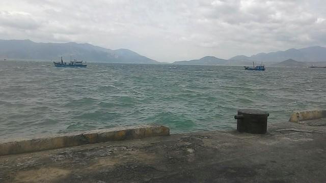 Do sóng to gió lớn, việc tìm kiếm nạn nhân Nguyễn Văn Sang gặp nhiều khó khăn. (Ảnh: VTV9)