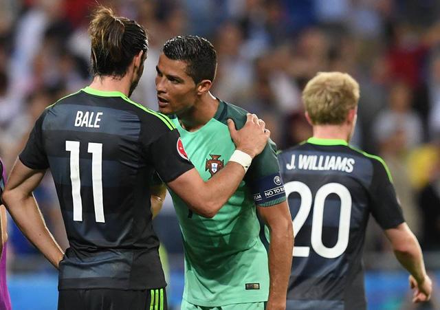 Ronaldo an ủi Bale khi trận đấu kết thúc