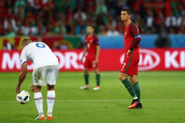 Ronaldo (áo đỏ) sẽ toả sáng trong trận Bồ Đào Nha gặp Áo? Ảnh: Getty