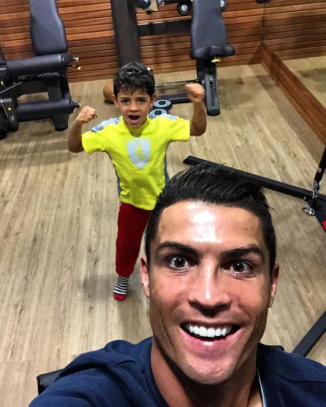 Ronaldo rất cưng chiều con trai Jr và thường khoe ảnh hai cha con trên mạng xã hội.