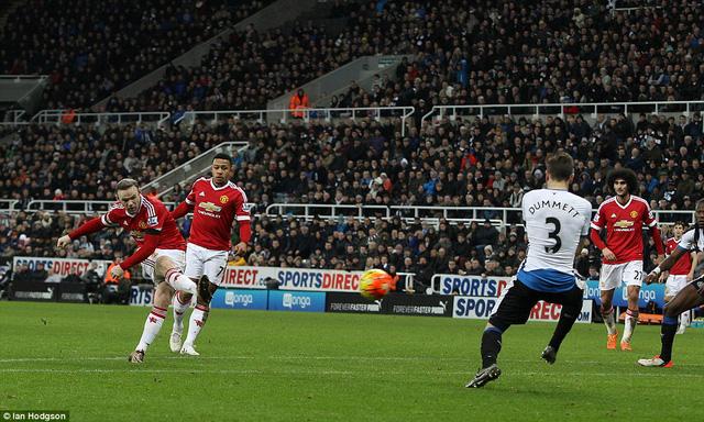 Bàn thắng ở phút 79 của Rooney giúp Quỷ đỏ tạm dẫn 3-2 rất đẹp mắt.