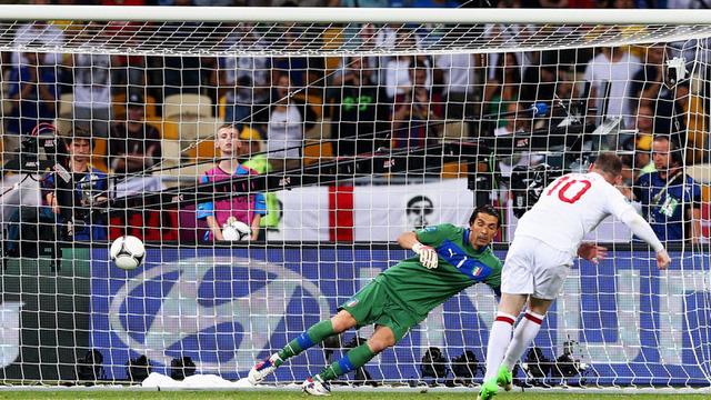 Khoảnh khắc Rooney thực hiện cú đá 11m vào lưới Buffon