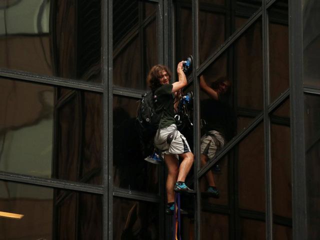 Người đàn ông dùng ống hút chân không để leo trèo quanh tòa tháp suốt 2h