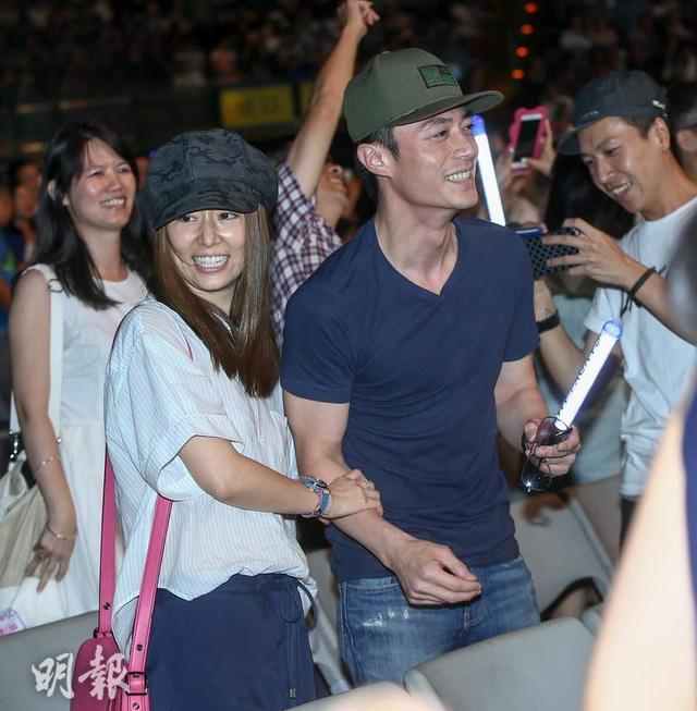 Lâm Tâm Như và Hoắc Kiến Hoa tay trong tay đi xem concert của Sandy Lam (Ảnh: Asean News)