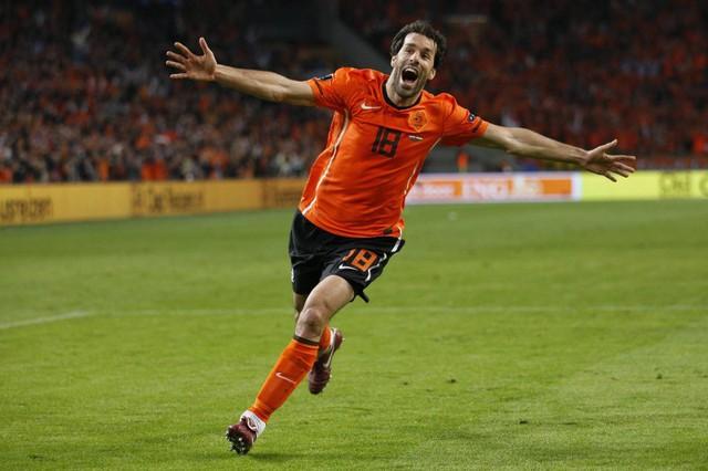 3 - Ruud Van Nistelrooy. Cho tới thời điểm hiện tại, Hà Lan vẫn chưa có được một chân sút nào khác đủ tầm để khiến người ta thôi nhớ về Van Gol. Tại Euro 2004 và 2008, cựu chân sút Man Utd đã ghi được 6 bàn thắng/8 trận.