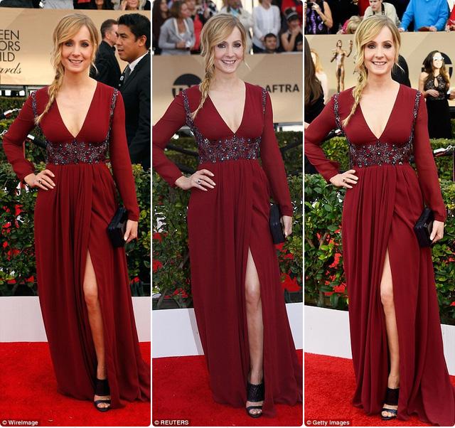Joanne Froggatt trông tuyệt vời hơn bao giờ hết trong một chiếc váy màu đỏ cổ xẻ chữ V táo bạo