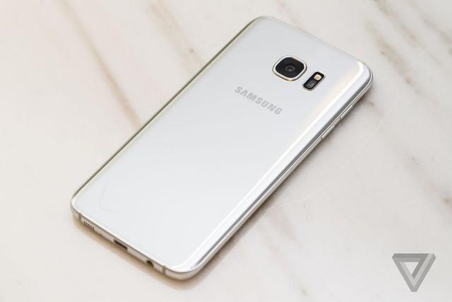 Mặt sau của máy uốn cong về các cạnh giống mặt sau của Galaxy Note 5 (Ảnh: The Verge)