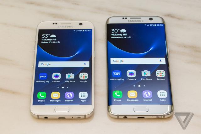 Galaxy S7 (trái) và Galaxy S7 Edge (phải) (Ảnh: The Verge)