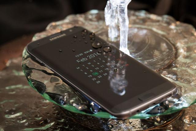 Galaxy S7 và Galaxy S7 Edge được trang bị khả năng chống nước và chống bụi theo tiêu chuẩn IP68 (Ảnh: The Verge)