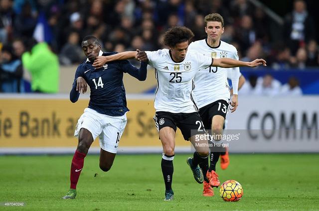 Sane (giữa) đi bóng dưới sự áp sát của Blaise Matuidi