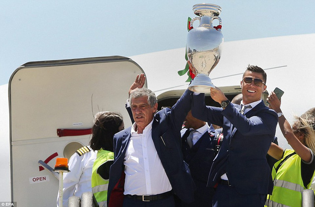 HLV Fernando Santos cùng thủ quân Ronaldo nâng cao cúp vô địch khi trở về Bồ Đào Nha
