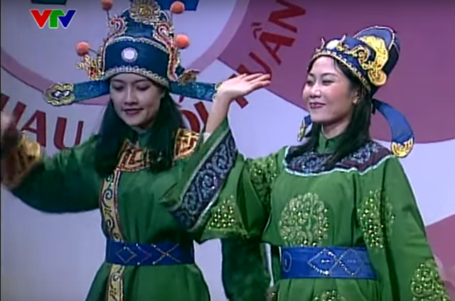 Vân Dung và Hương Tươi thậm chí còn diện trang phục na ná nhau khi lên chầu