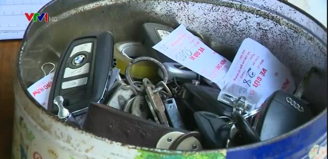 Hộp đựng chìa khoá xe của khánh tại một điểm rửa xe tại Hà Nội
