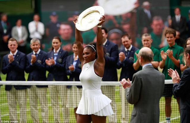 Serena Williams nâng cao đĩa vô địch Wimbledon 2016
