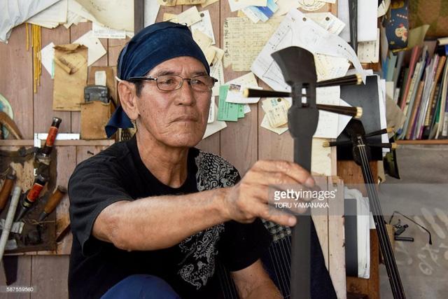 Nghệ nhân làm đàn Sanshin Seibun Nakamine.