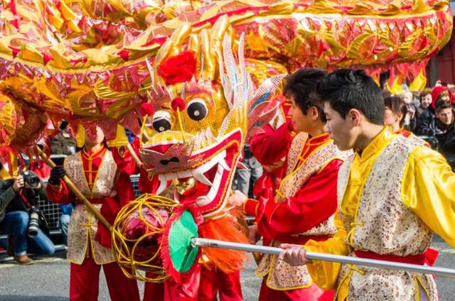 Một nhóm người gốc Hoa tổ chức múa lân sư trên đường phố London