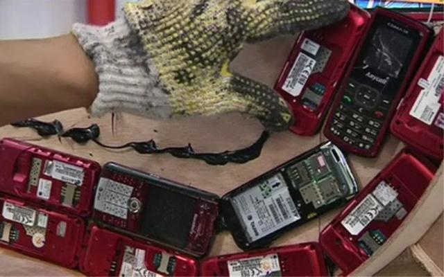 Anh Lin Shih-Pao người Đài Loan đã dành 4 tháng để xếp 25.000 chiếc điện thoại di động cũ thành chiếc xe hơi độc đáo này.