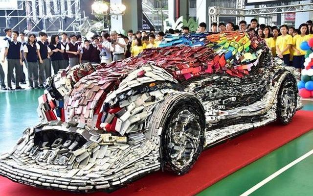 Đây là một tác phẩm nghệ thuật hiện đại nhằm cổ vũ phong trào bảo vệ môi trường và dùng đồ tái chế.
