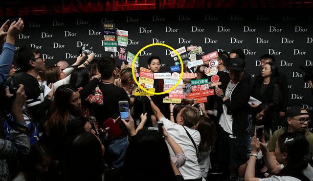Hình ảnh Song Joong Ki bị cánh phóng viên Hong Kong vây chặt được ghi lại
