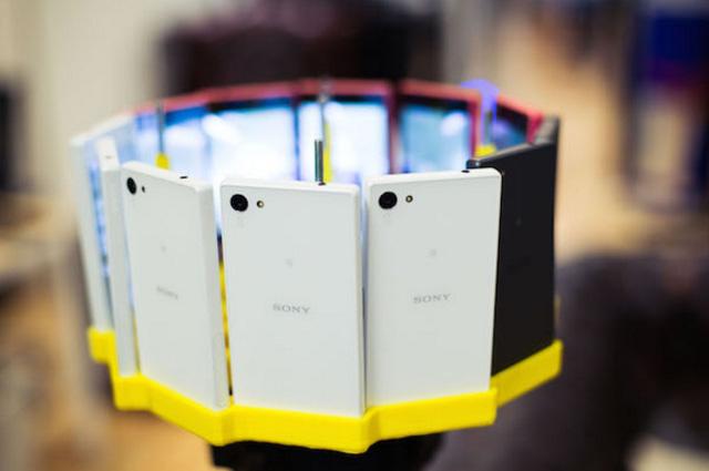 12 chiếc Xperia Z5 Compact được gắn vào một chiếc vòng in 3D