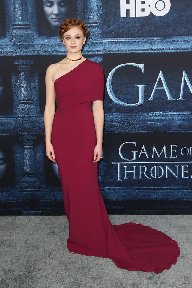 Sophie Turner khoe vai trần với đầm thiết kế của Stella McCartney.