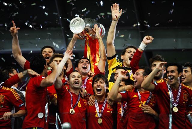 Áo đấu nhà VĐ EURO 2012 Tây Ban Nha là do Adidas tài trợ (Ảnh: AP)