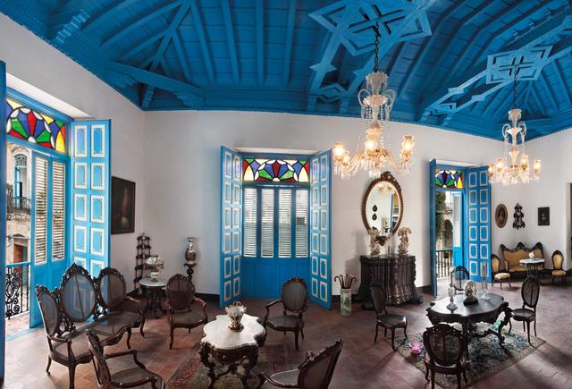 Căn nhà mang màu sắc tuyệt đẹp và đậm chất nghệ thuật này có tên Casa del Conde de Casa Bayona, được xây dựng vào đầu thế kỷ XVIII, nay cũng là nơi tham quan trưng bày các tác phẩm nghệ thuật.