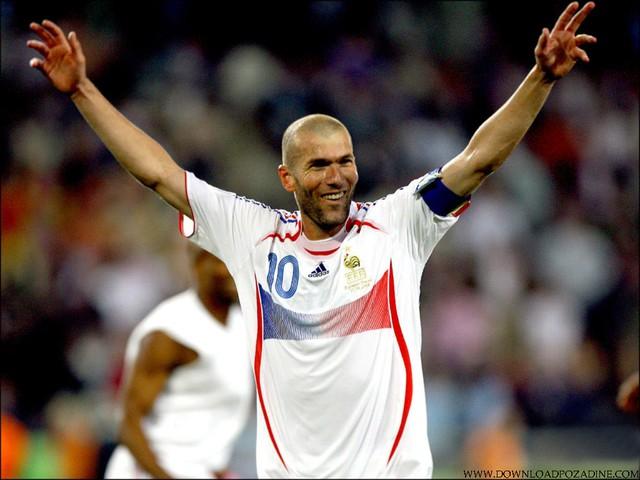 15 - Zinedine Zidane. Trong quãng thời gian khoác áo ĐTQG Pháp, Zidane đã tham dự các kỳ Euro 1996, 2000, 2004. Anh có tổng cộng 14 lần ra sân thi đấu và ghi được 5 bàn.