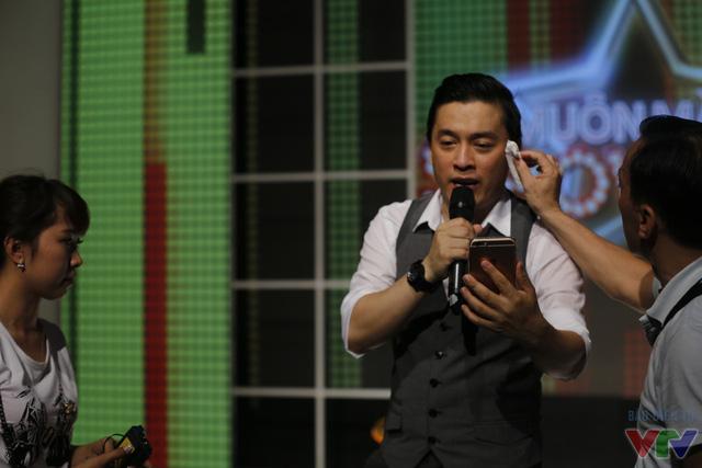 Nam ca sĩ live stream trên facebook trò chuyện cùng khán giả và các fan hâm mộ trước khi ghi hình.