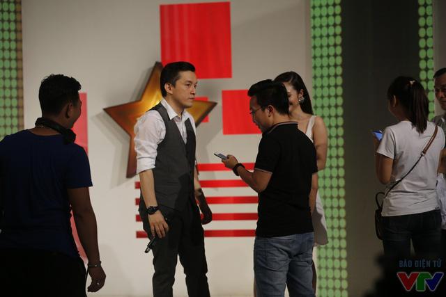 Sau buổi biểu diễn tại Hà Nội, Lam Trường nhanh chóng tới trường quay ghi hình chương trình Muôn màu showbiz.