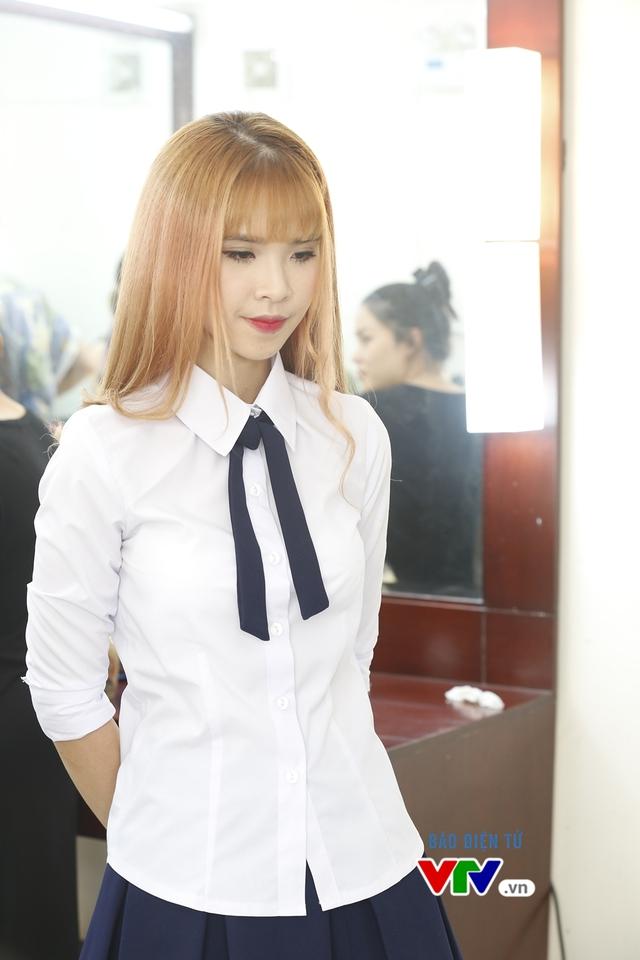 Cô xuất hiện tại trường quay với bộ đồng phục học sinh trẻ trung