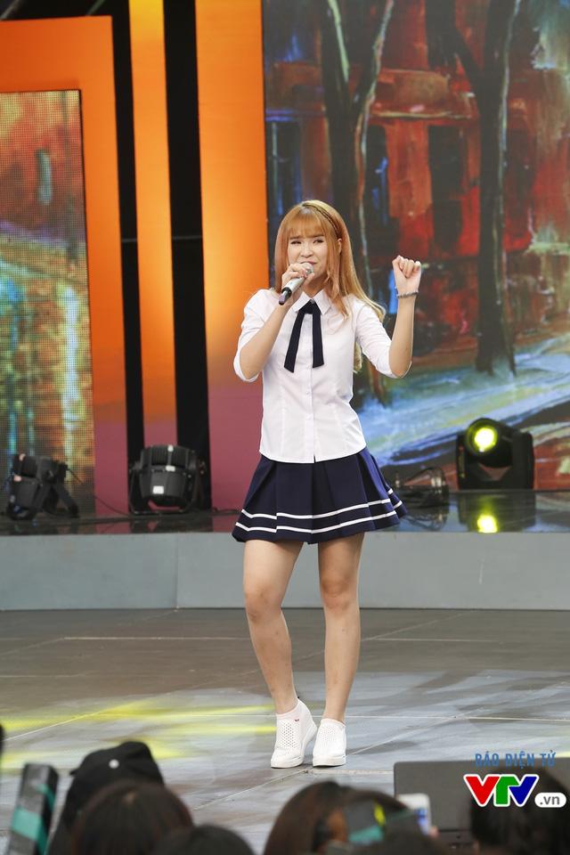 Nữ ca sĩ có những biểu cảm rất đáng yêu khi trình diễn
