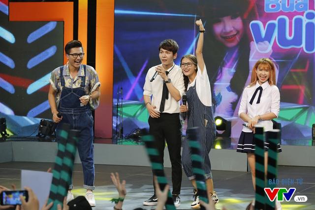 Xuất hiện trên sân khấu, bạn trai tin đồn của Khởi My - Kelvin Khánh - đã nhận được sự ủng hộ nhiệt tình từ khán giả.